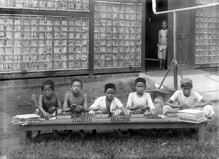 Kinder stellen Zigaretten her. Niederländisch-Indien, ca. 1930. Tropenmuseum Amsterdam, via Wikimedia Commons, CC-by-Sa 3.0